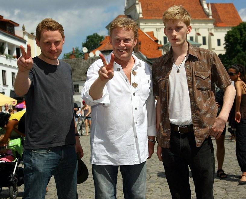 Daniel Olbrychski z synami Rafałem i Victorem /Piotr Fotek /Reporter