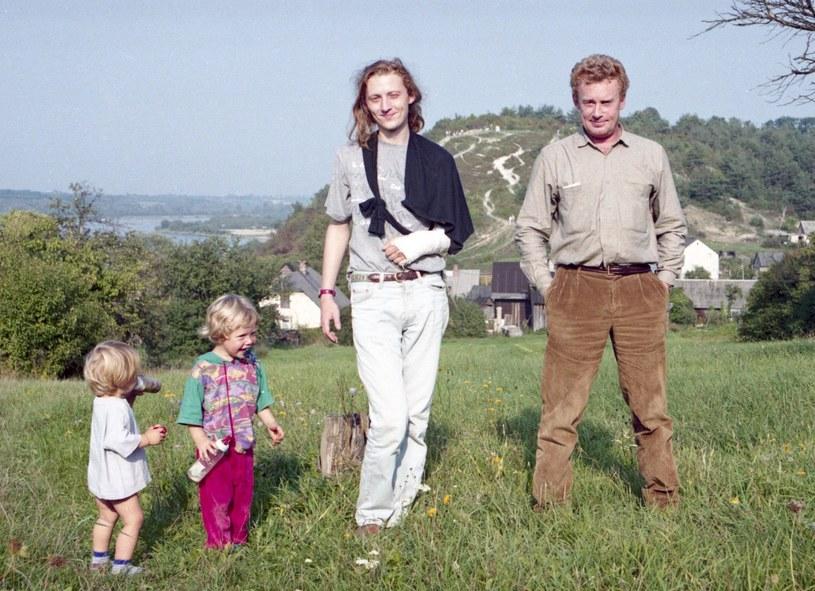 Daniel Olbrychski z synem Rafałem i wnukami w Mięćmierzu, 1994 r. /Zenon Zyburtowicz /East News