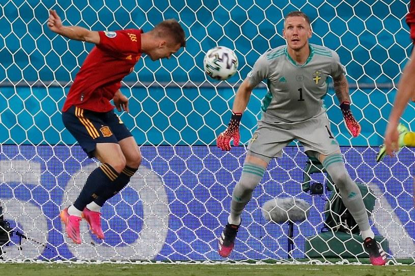 Daniel Olmo uderza na bramkę Szwedów /AFP