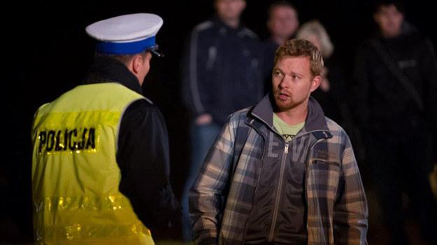 Daniel pobiegnie na miejsce wypadku i zastanie tam policję i gapiów. /TVN