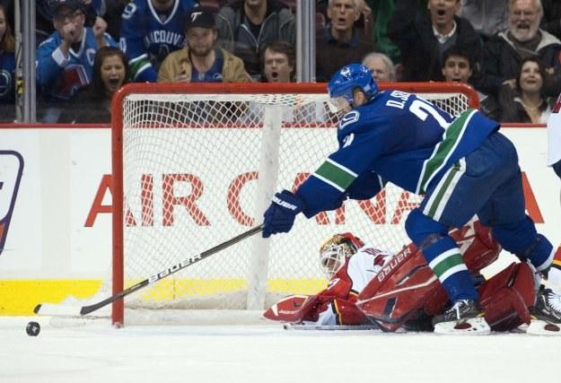 Daniel Sedin z Vancouver Canucks strzela na bramkę Florida Panthers /AFP