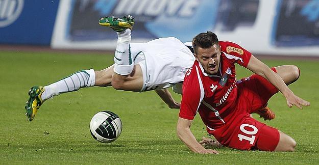 Daniel Sikorski walczył jak lew o każdą piłkę, ale w strzelaniu goli wyręczyli go obrońcy Śląska /PAP