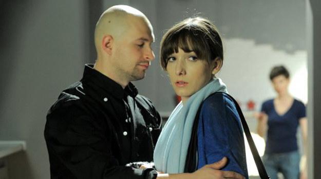 - Daniel, targany wyrzutami sumienia, stwierdzi, że popełnił błąd. Zrozumie, że nadal kocha Sarę i chce na nią czekać. Odrzuci Justynę, która niedługo potem dowie się, że zaszła z nim w ciążę - zdradza aktorka. /ARTRAMA