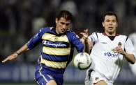 Daniele Dessena walczy o piłkę z Siergiejem Ignasewiczem /AFP