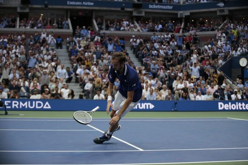 Daniił Miedwiediew upada na kort po pokonaniu Novaka Djokovicia /AFP