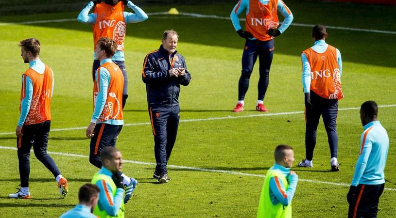 Danny Blind z piłkarzami reprezentacji Holandii /AFP