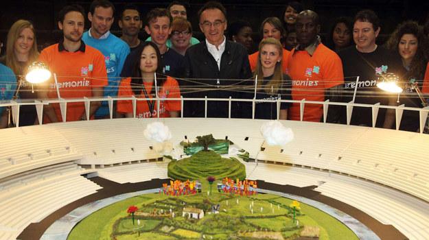 """Danny Boyle prezentuje makietę """"Wysp cudów"""" na Stadionie Olimpijskim /AFP"""