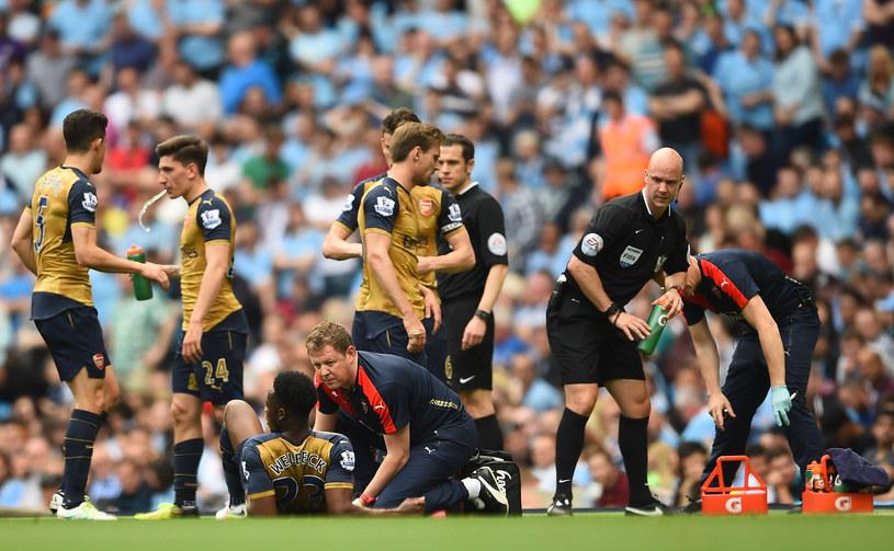 Danny Welbeck (siedzi na murawie) kontuzji nabawił się w meczu z Manchesterem City /Laurence Griffiths /Getty Images