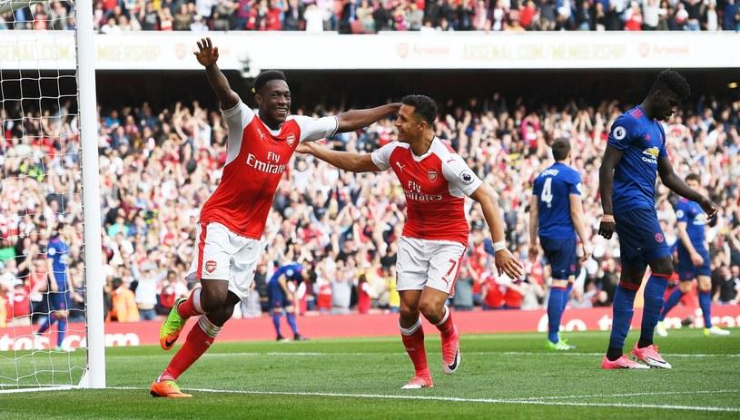 Danny Welbeck (z lewej) i Alexis Sanchez cieszą się z gola dla Arsenalu /PAP/EPA
