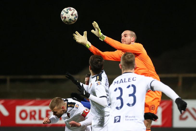 Dante Stipica łapie piłkę w meczu z Wisłą Płock /Piotr Kucza /Newspix