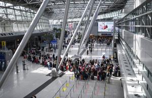 Dantejskie sceny na lotnisku Heathrow. Ludzie mdleli w kolejkach