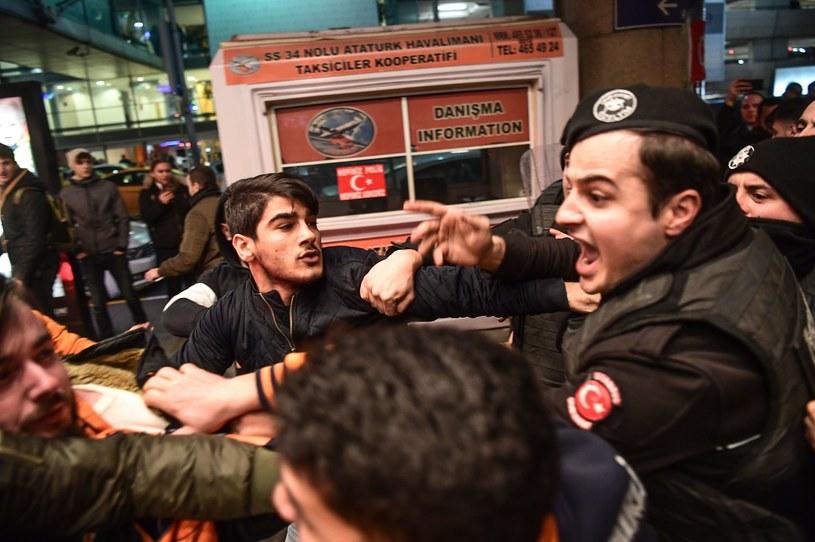 Dantejskie sceny na lotnisku w Stambule /AFP