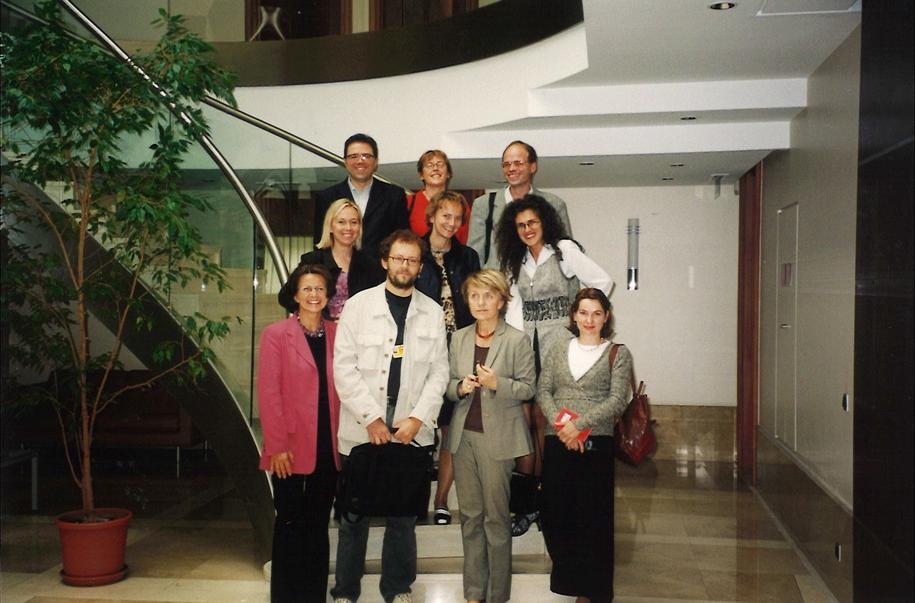 Danuta Huber, była ministers ds. europejskich i pierwsza polska komisarz w UE w otoczeniu korespondentów polskich mediów w Brukseli. W drugim rządzie w środku – Katarzyna Szymańska – Borginon, dziennikarka RMF FM /Archiwum prywatne