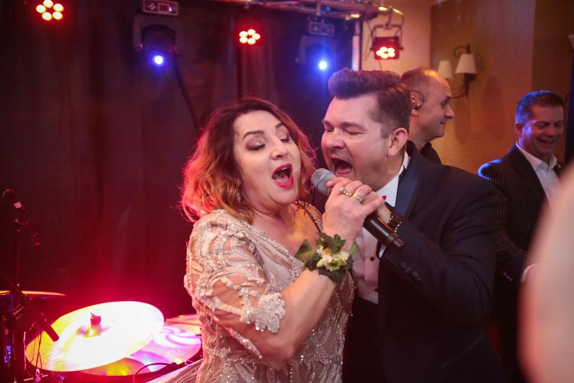 Danuta i Zenek Martyniukowie w duecie na weselu swojego syna /PIOTR GRZYBOWSKI/AGENCJA SE /East News