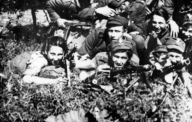 """Danuta Siedzikówna """"Inka"""" (pierwsza z lewej) i 4 Szwadron 5 Brygady AK mjr """"Łupaszki"""" /Agencja FORUM"""