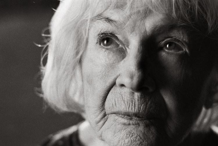 """Danuta Szaflarska jako Aniela w filmie Doroty Kędzierzawskiej """"Pora umierać"""" (2007) /AKPA"""