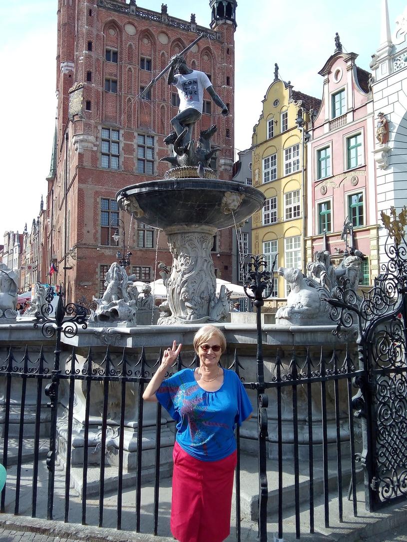Danuta Wałęsa pod fontanną Neptuna w Gdańsku /Laski Diffusion /East News