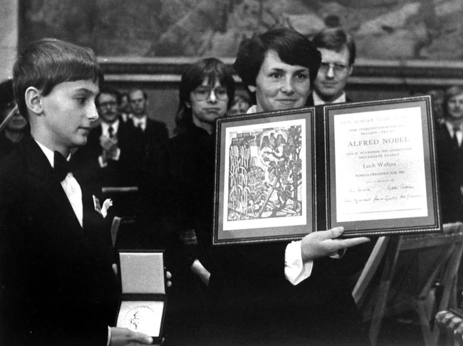 Danuta Wałęsa pokazuje Pokojową Nagrodę Nobla. Obok syn Bogdan /archiwum /PAP