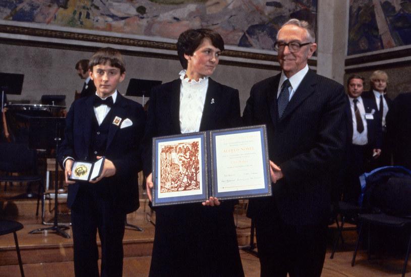 Danuta Wałęsa z synem Bogdanem odbiera w imieniu Lecha Wałęsy Pokojową Nagrodę Nobla /EPU FILES /AFP