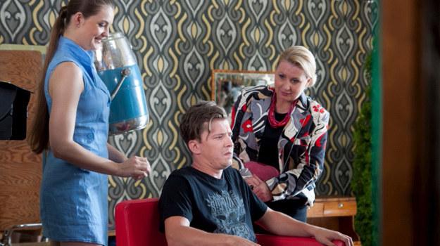 Darek Nogaj (Bartosz Obuchowicz) u fryzjera /Agencja W. Impact