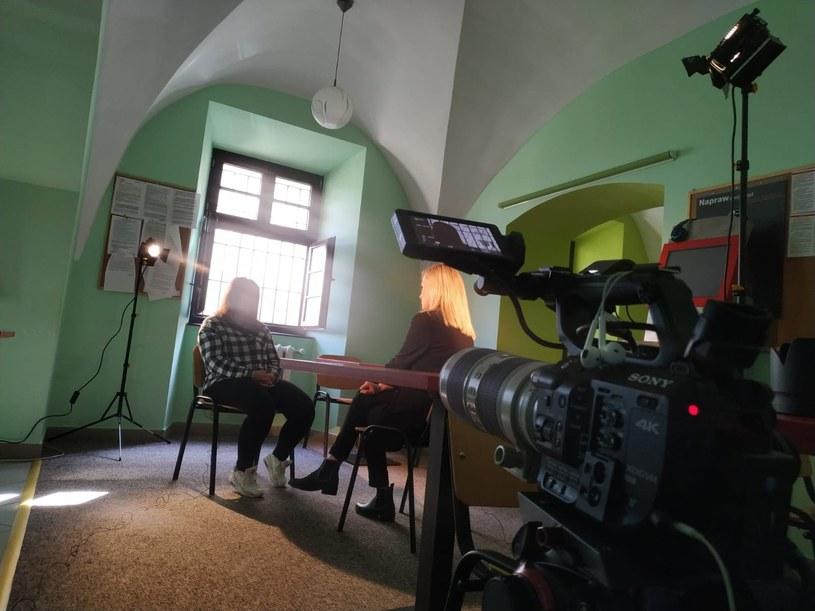 """Daria Górka podczas rozmowy z jedną z bohaterek książki """"Aż do śmierci"""" /materiały prasowe"""