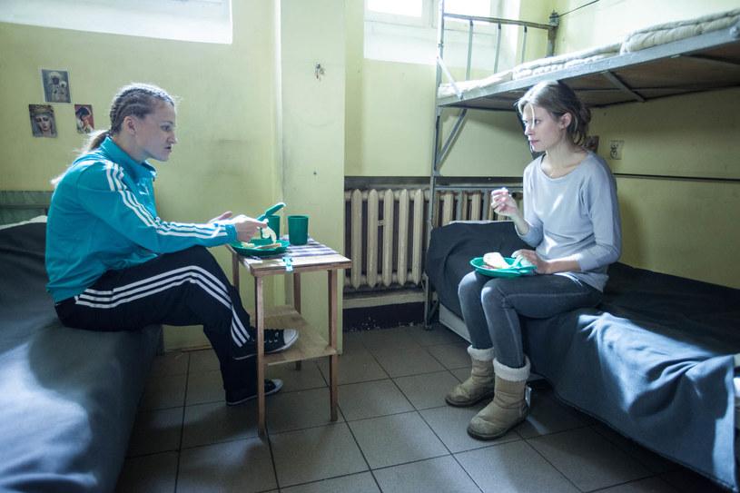 Daria (Iwona Guzowska) od razu zaprowadzi w celi swoje porządki. Ona ma jeść przy stole, Anita na pryczy. /ATM Grupa S.A./Grzegorz Gołębiowski /materiały prasowe
