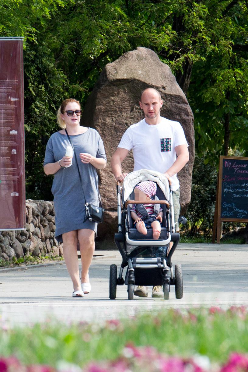 Daria Widawska na spacerze z mężem Michałem i synem Brunem /Foto IP