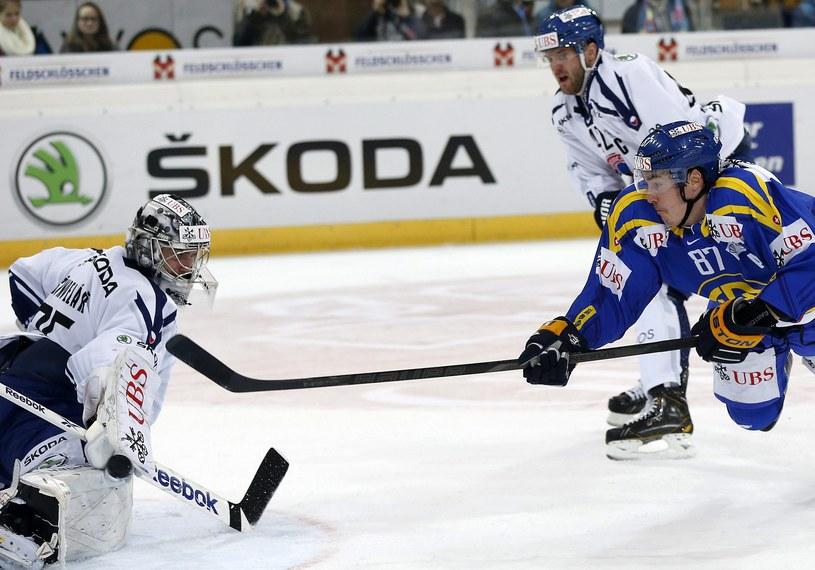 Dario Buergler strzela gola dla HC Davos w meczu z HC Vitkovice Steel /PAP/EPA