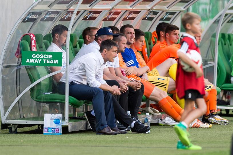 Dariusz Dudek (siedzi obok Mariusza Rumaka) dotychczas pracował jako asystent /Fot. Maciej Kulczyński /PAP