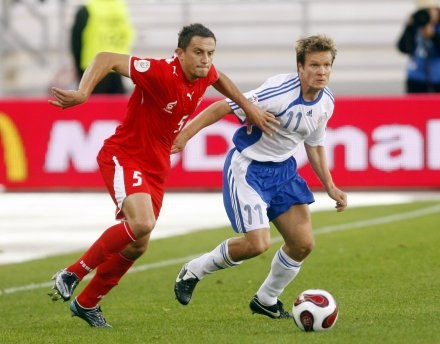 Dariusz Dudka wpadł w oko Włochom m.in. w meczu z Finami (obok Joonas Kolkka z Feyenoordu). /AFP