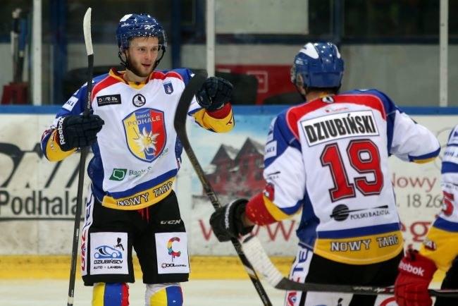 Dariusz Gruszka (z lewej) i Krystian Dziubiński cieszą się z gola dla MMKS Podhala Nowy Targ /Grzegorz Momot /PAP