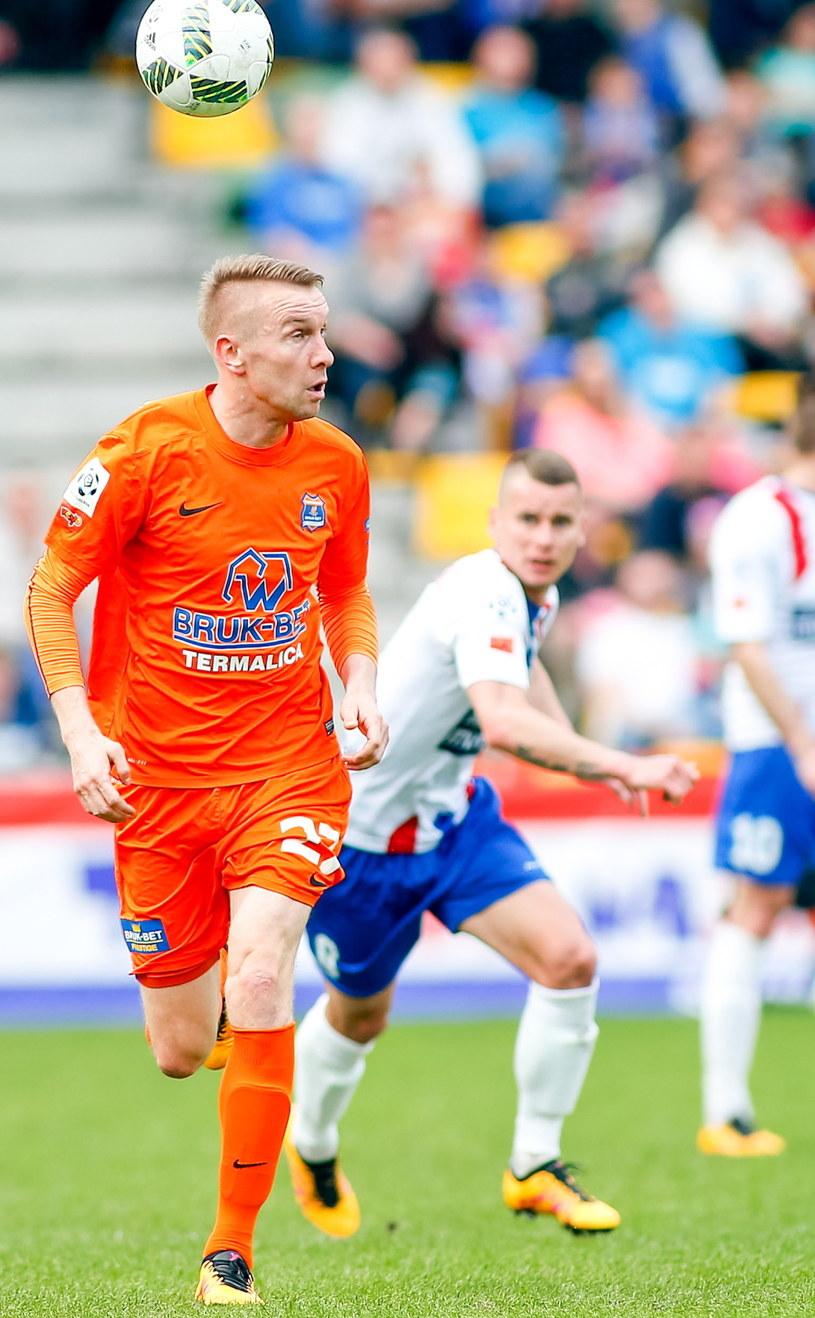 Dariusz Jarecki (pomarańczowy strój) jest zagrożony żółtymy kartkami /Marek Zimny /PAP