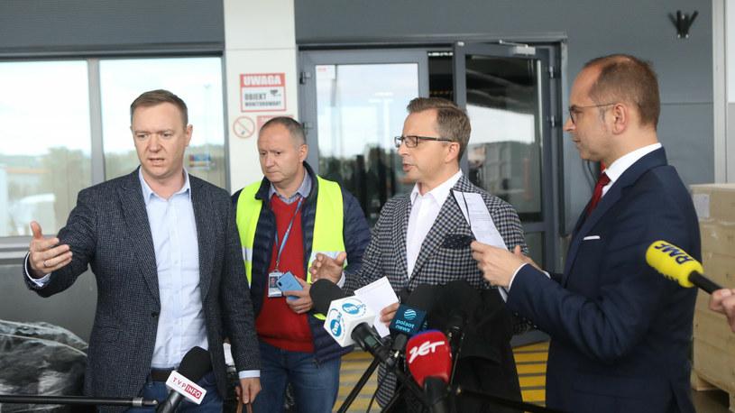 Dariusz Joński (KO), Michał Szczerba (KO) i dyrektor budynku, który przerwał briefing prasowy /Fot Tomasz Jastrzebowski /East News
