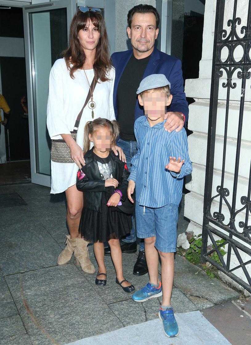 Dariusz Kordek z żoną i dziećmi /East News