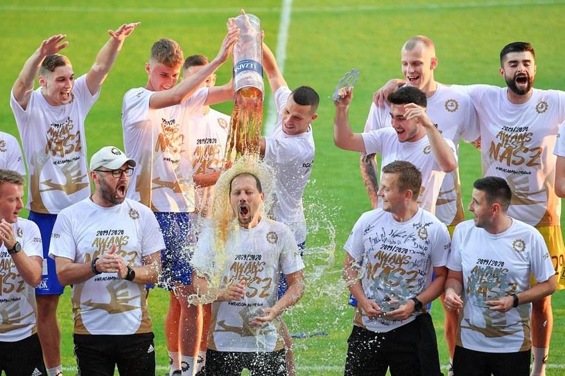 Dariusz Marzec (w środku) świętuje wraz z piłkarzami Stali Mielec awans do Ekstraklasy /Michał Stańczyk /Newspix
