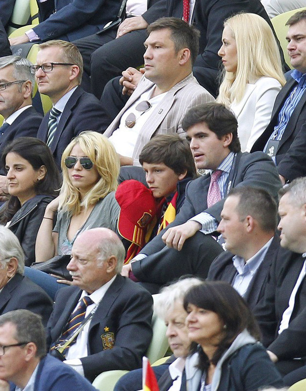 Dariusz Michalczewski i Shakira (w okularach przeciwsłonecznych) na meczu Hiszpania-Włochy /. /East News