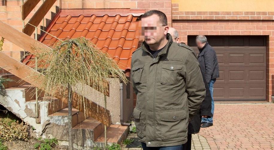 Dariusz P. przed domem, gdzie doszło do tragedii /PAP/Andrzej Grygiel    /PAP