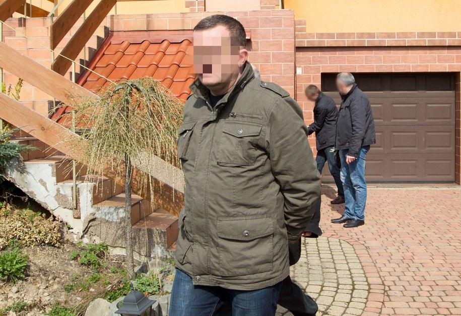 Dariusz P. przed swoim domem /Andrzej Grygiel /PAP