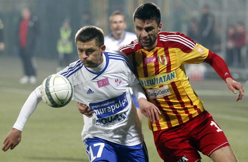 Dariusz Pietrasiak (z lewej) walczy o piłkę z Pavolem Stano /Fot. Andrzej Grygiel /PAP