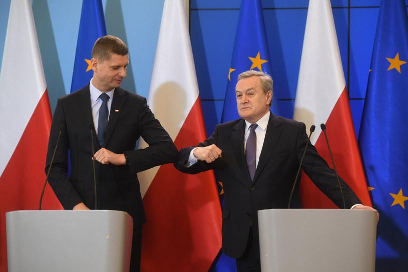 Dariusz Piontkowski i Piotr Gliński podczas konferencji prasowej /Jacek Dominski/REPORTER /Reporter