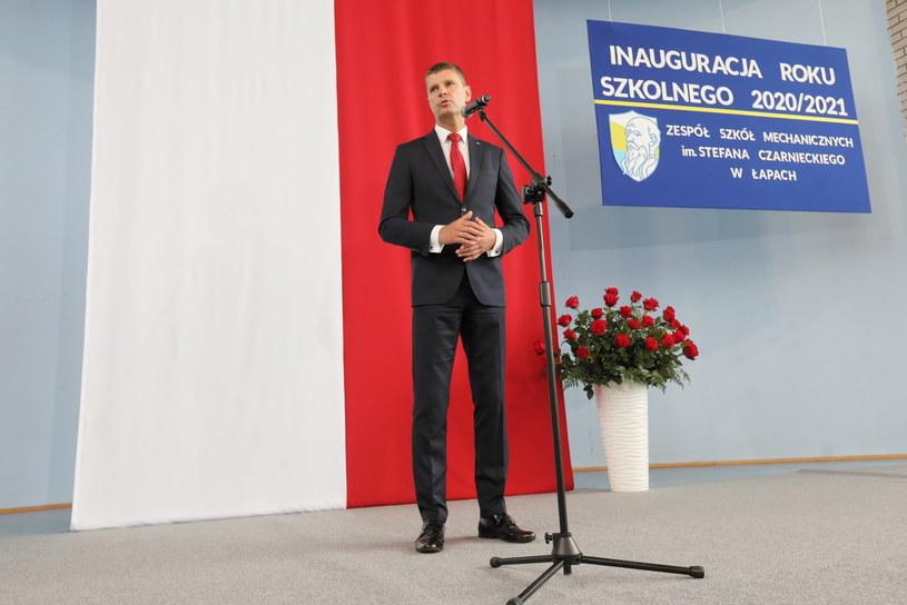 Dariusz Piontkowski w Łapach podczas inauguracji roku szkolnego / Artur Reszko    /PAP