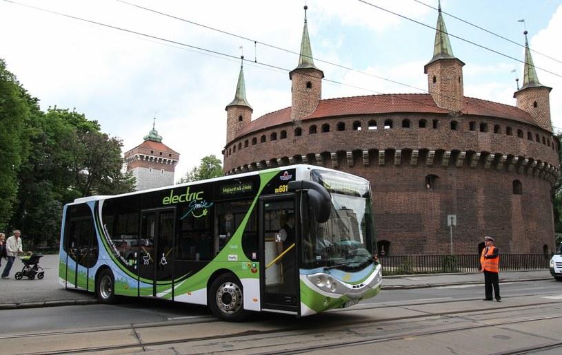 Darmowa komunikacja miejska miałaby pomóc w ograniczeniu smogu w Krakowie /Jan Graczyński /East News