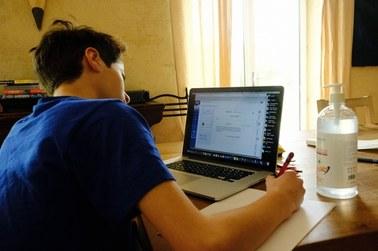 Darmowy internet dla uczniów i nauczycieli pracujących zdalnie? Apel ZNP