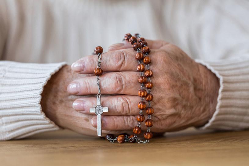 Darmowy różaniec lub medalik? Starsi ludzie czują się zobowiązani do zapłaty /123RF/PICSEL