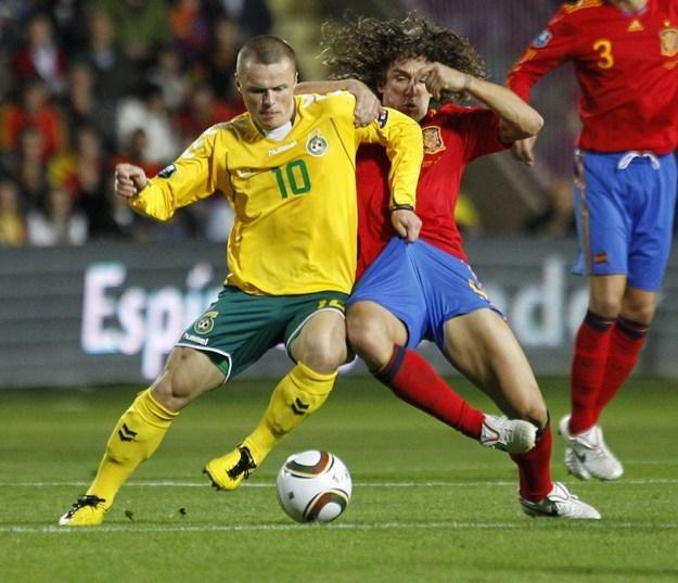 Darvydas Sernas (z lewej) i jego koledzy z reprezentacji Litwy chcą utrzeć nosa Hiszpanom /AFP