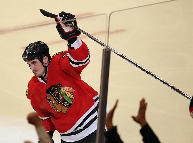 Dave Bolland fetuje gola strzelonego dla Chicago Blackhawks. /AFP
