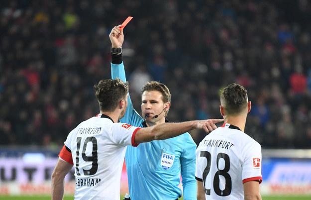 David Abraham za przewrócenie trenera przeciwników został ukarany czerwoną kartką /Patrick Seeger  /PAP/DPA