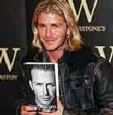 David Beckham demonstruje autobiografię /Archiwum