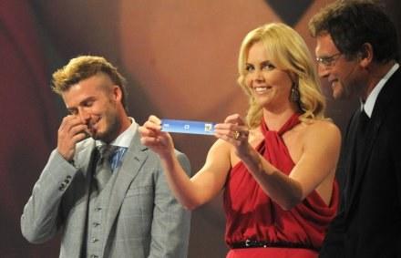 David Beckham i piękna aktorka Charlize Theron wylosowali łatwą grupę dla Anglików /AFP