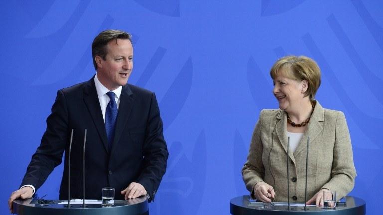 David Cameron i Angela Merkel /JOHN MACDOUGALL /AFP